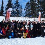S'amuser en pratiquant du biathlon entre amis et collègues lors d'un team building à la montagne